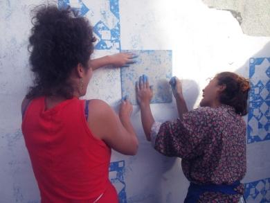 Soledad Tovar y Paula mercado en la intervención de la esquina Zapatero, un ejercicio que hasta la fecha hemos podido alejar el mal hábito de ensuciar la calle
