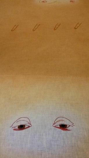 para la convocatoria de la Macolla trabajaré una nueva fase de esta investigación en propuestas de gran formato, que a modo de mantos -sudarios- reflejan estos fragmentos de cuerpos femeninos bordados sobre el soporte, trazando una suerte de recorridos territoriales para confrontar así su uso como hábito de reclusión social de las mujeres al espacio íntimo, al silencio y a la sumisión.