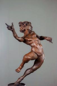 Veo a la escultura como un hecho real, a diferencia de otros medios en la plástica, la escultura por su carácter tridimensional me ofrece una relación directa con la realidad no son virtuales, son personajes de materia que vienen a crear historias.