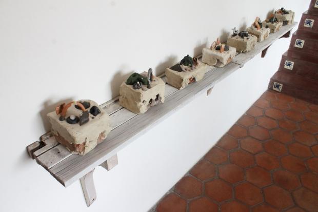 conjunto de piezas en cerámica encajonada sobre bloques provenientes de casas derrumbadas en La Pastora.